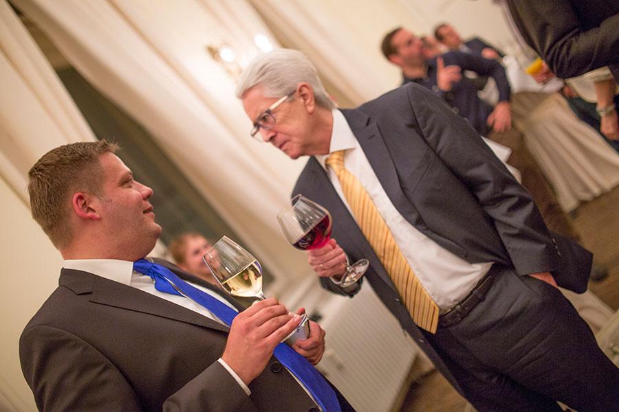 Der Vorsitzende der Wirtschaftsjunioren Karlsruhe mit dem