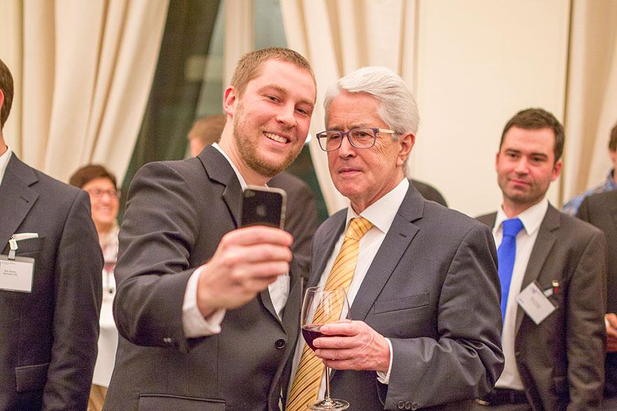 Die Wirtschaftsjunioren Karlsruhe schießen Selfies nach dem Kamingespräch mit Frank Elstner