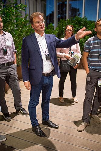 Karlsruher Zoodirektor Mathias Reinschmidt führt die Wirtschaftsjunioren Karlsruhe im Anschluss an das Kamingespräch durch das neu gebaute Exotenhaus