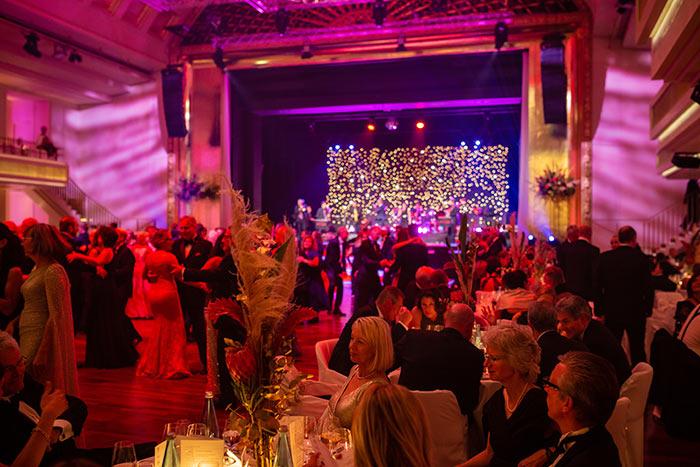 Gäste beim Tanz beim Ball der badischen Wirtschaft 2019 der Wirtschaftsjunioren Karlsruhe im Kurhaus Baden Baden
