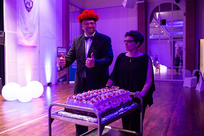 Die Konferenzdirektoren Martina Stoppanski-Auracher und Johannes Hurst präsentieren das Dessert auf der JCI Senatorenkonferenz 2018 in Karlsruhe Ettlingen