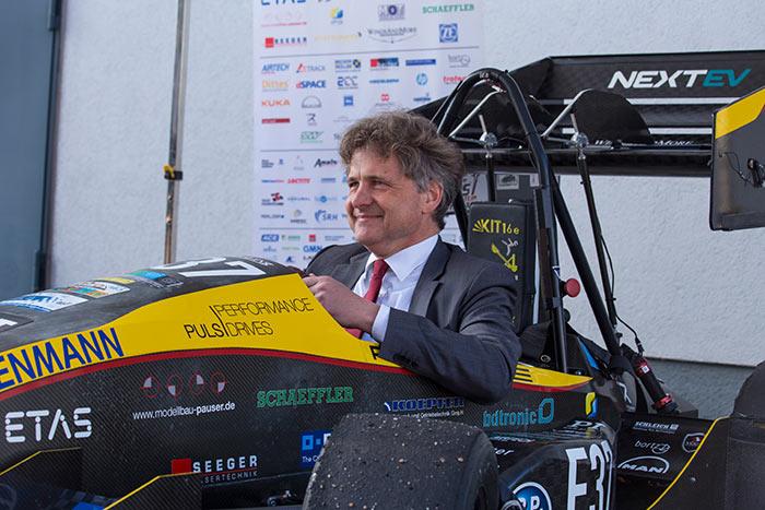 Wirtschaftsjunioren bei Horizonte Mobilität der Zukunft OB Frank Mentrup im Elektrofahrzeug