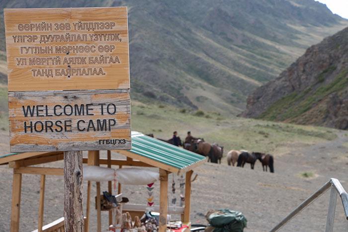 Die Wirtschaftsjunioren Karlsruhe besuchen ein Horse Camp in der Mongolei beim JCI Die Offroader fahren im Convoy bei der Jeep Tour durch die Mongolei beim JCI Mongolei Twinning