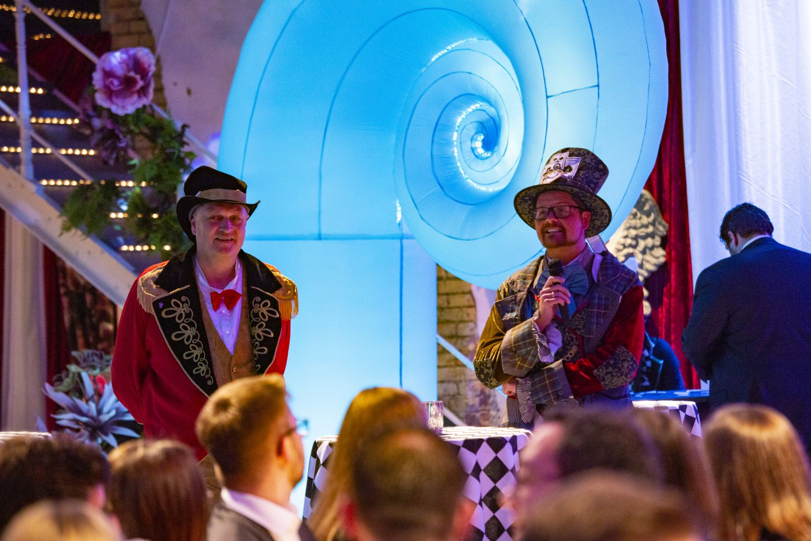 Weihnachtsfeier der Wirtschaftsjunioren Karlsruhe 2019 unter dem Motto Alice im Wunderland. Vorsitzender Thomas Neumann und aus dem Freundeskreis Volkmar Triebel bei der Ansprache