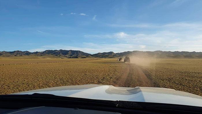 Die Offroader fahren im Convoy bei der Jeep Tour durch die Mongolei beim JCI Mongolei Twinning