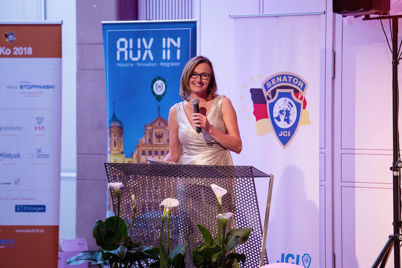 Staatssekretärin Katrin Schütz spricht bei der Eröffnung des Frühlingsballs bei der JCI Senatorenkonferenz 2018 in Karlsruhe Ettlingen
