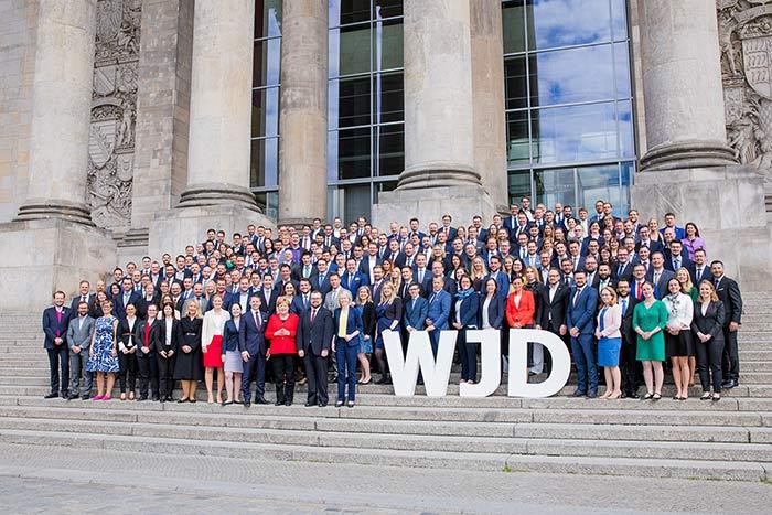 know-how-transfer wirtschaftsjunioren karlsruhe vor dem Bundestag mit Bundeskanzlerin Angela Merkel