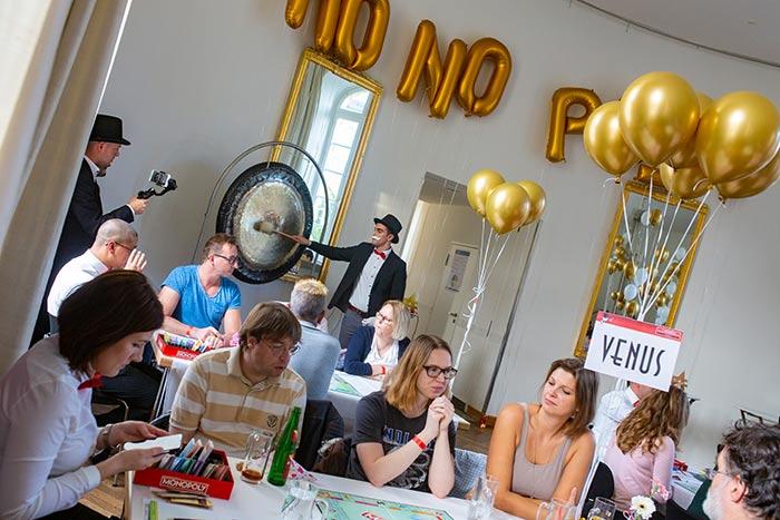Der Gong zum SPielstart bei der Monopoly Stadtmeisterschaft 2019 der Wirtschaftsjunioren Karlsruhe geschlagen von Mr Monopoly
