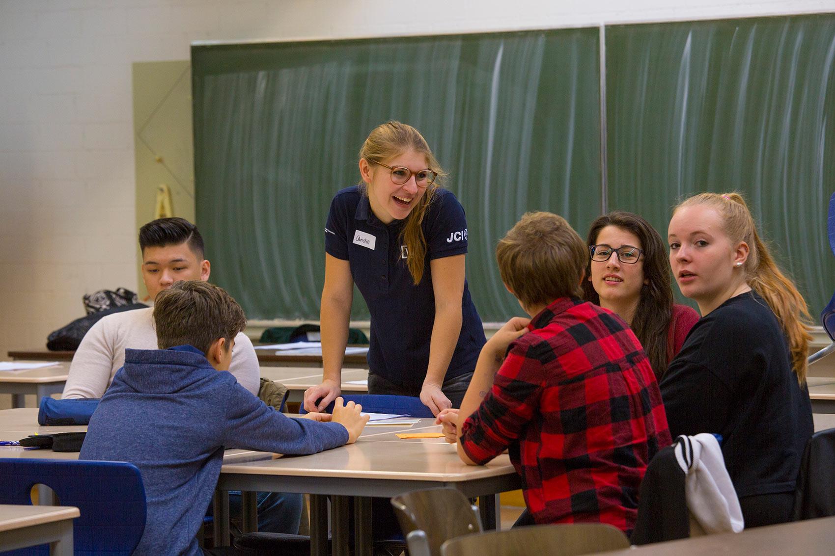 Christin Lang mit Schülern bei Plus statt Pleite in der Albert Einstein Schule Ettlingen organsiert vom AK Bildung und Wirtschaft