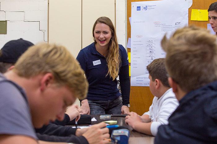 Jasmin Jurtan mit Schülern bei Plus statt Pleite in der Albert Einstein Schule Ettlingen organsiert vom AK Bildung und Wirtschaft