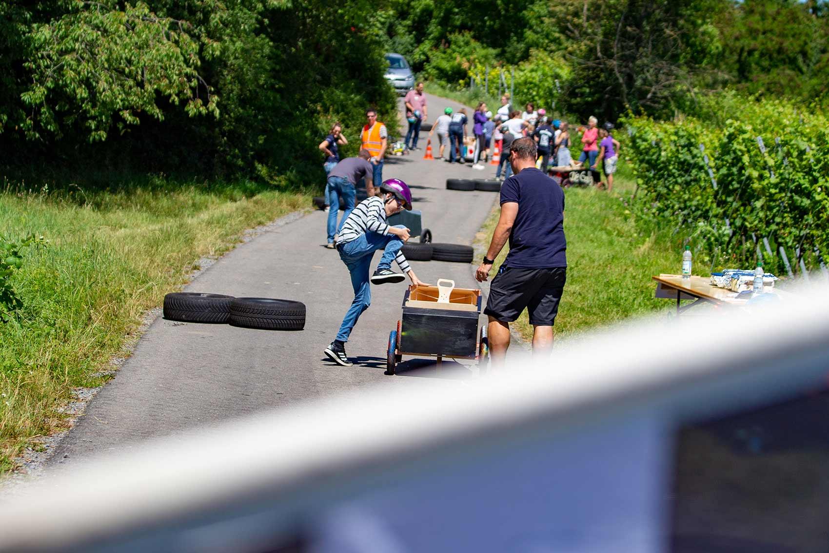 Seifenkistentag / Seifenkistenrennen der WJ Wirtschaftsjunioren Karlsruhe für Kinder aus dem St. Antonius-Kinderheim organisiert vom AKTU Arbeitskreis Technik und Umwelt unterstützt durch den WJ Smile soziales Engagement für Kinder