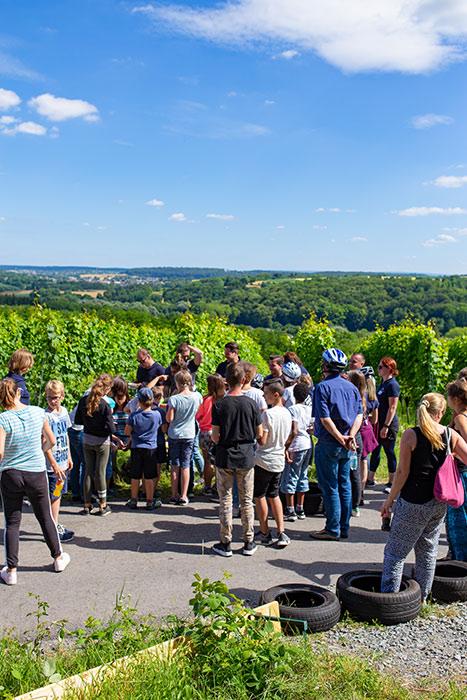 Die Aussicht über Weingarten wird bewundert beim Seifenkistentag / Seifenkistenrennen der WJ Wirtschaftsjunioren Karlsruhe für Kinder aus dem St. Antonius-Kinderheim organisiert vom AKTU Arbeitskreis Technik und Umwelt unterstützt durch den WJ Smile soziales Engagement für Kinder