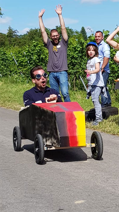 Ein Rennfahrer beim Seifenkistentag / Seifenkistenrennen der WJ Wirtschaftsjunioren Karlsruhe für Kinder aus dem St. Antonius-Kinderheim organisiert vom AKTU Arbeitskreis Technik und Umwelt unterstützt durch den WJ Smile soziales Engagement für Kinder