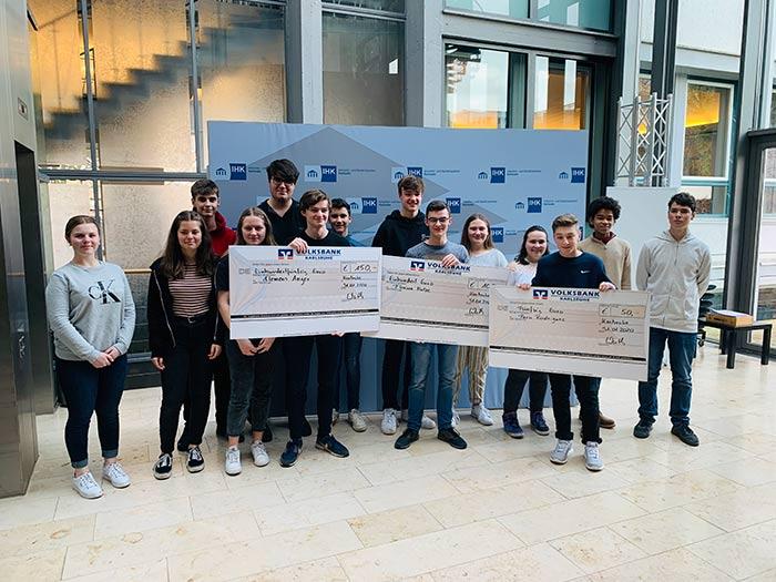 Gewinner des Wirtschafts Wissen im Wettbewerb WWW des AKBW Bildung und Wirtschaft der WJ Karlsruhe Wirtschaftsjunioren Karlsruhe bei der Preisverleihung Vorstellung mit Schekc der IHK und Volksbank Karlsruhe