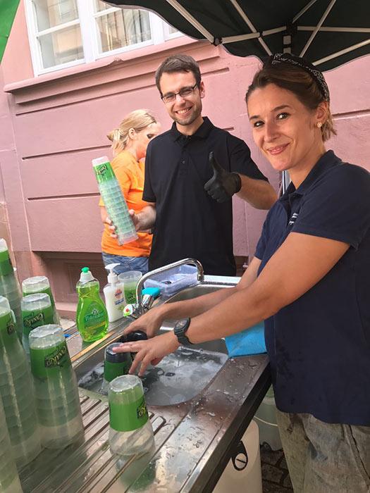WJ Smile mit ihrem Stand beim Altstadt Fest in Durlach Anna Bohnert beim Abwasch für den guten zweck für die Wirtschaftsjunioren Karlsruhe WJKA