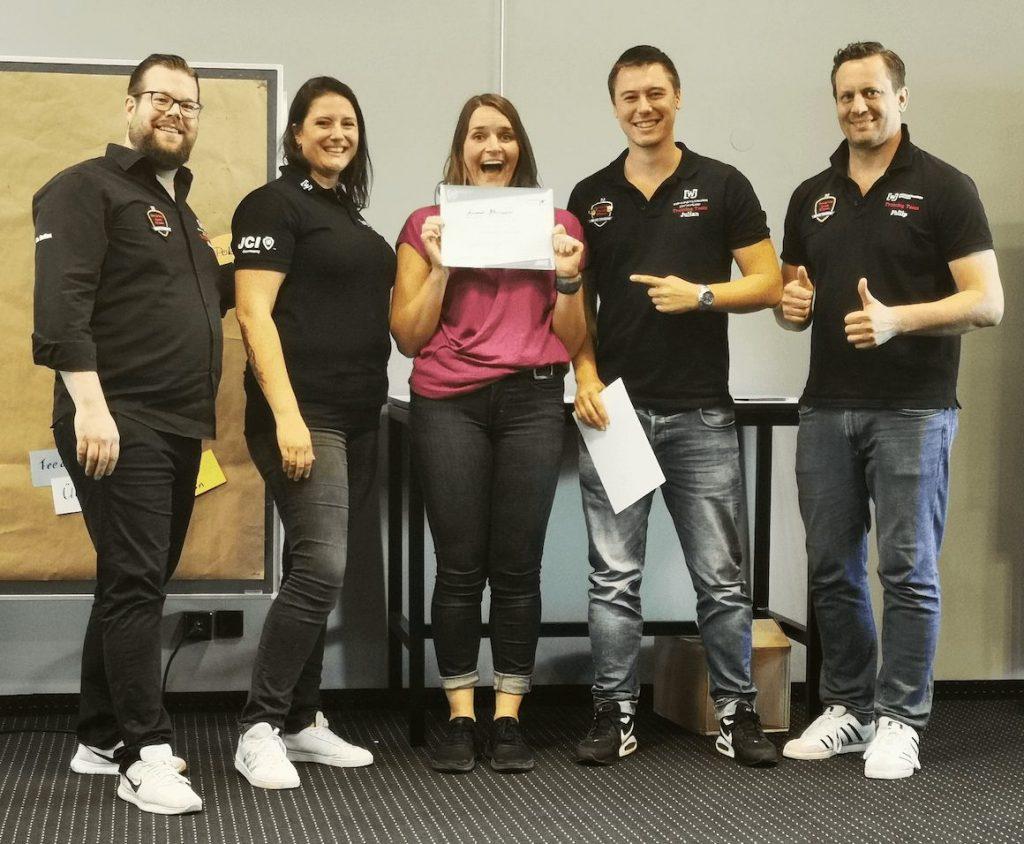WJD Trainerin Leonie zusammen mit den Trainern Björn, Caro, Julian und Philip bei der Zertifikats-Übergabe