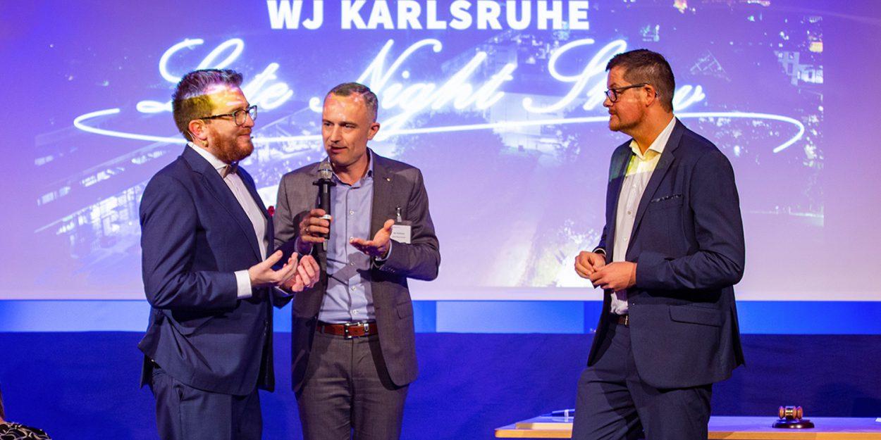 Altvorsitzender Daniel Stöck (links) übergibt die Präsidentennadel an Thomas Neumann (rechts), den neuen Vorsitzenden der Wirtschaftsjunioren Karlsruhe Foto: annamachtdas