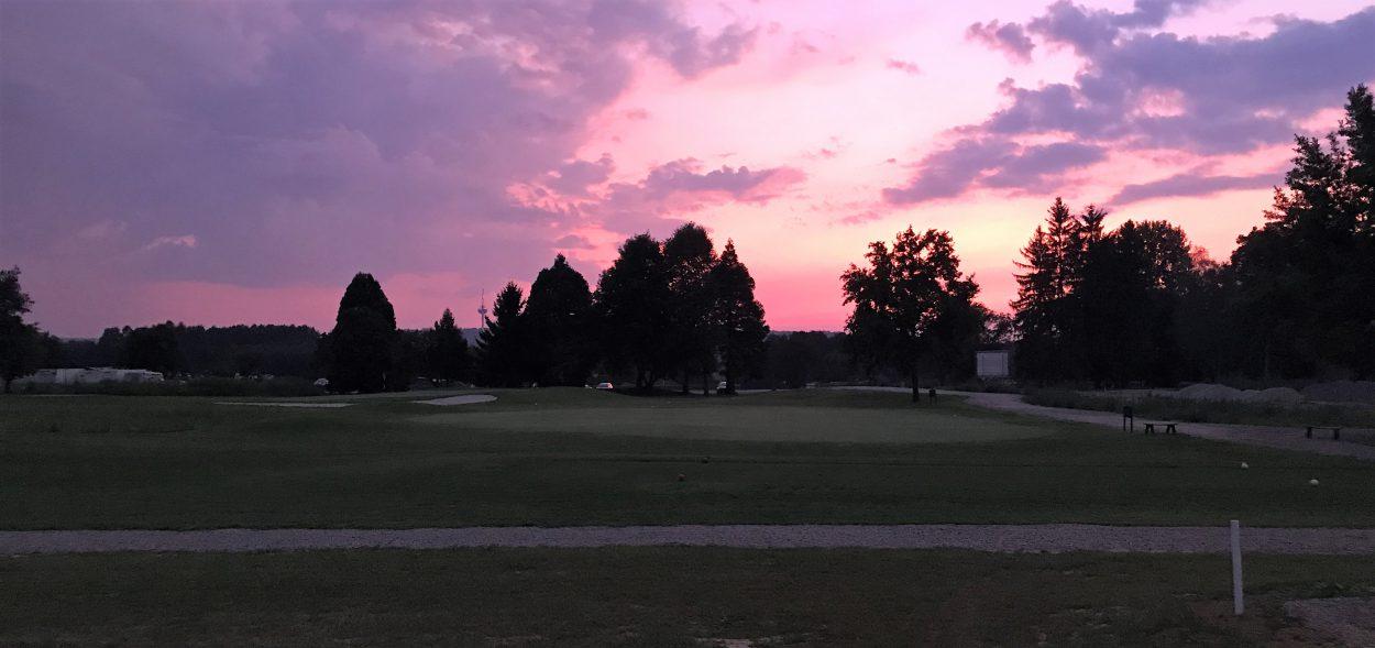sonnenuntergang über dem golfplatz